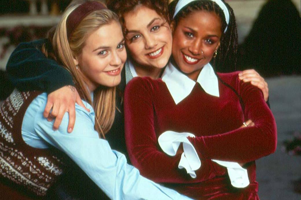 """Die reichen Teenager Cher (l.) und Dionne (r.) nahmen Tai – eine anfangs sehr alternativ gestylte Mitschülerin – unter ihre Fittiche, mit der ehrenwerten Absicht, sie """"total zu erneuern"""". Traurig: Brittany Murphy, die Tai gespielt hatte, verstarb 2009"""