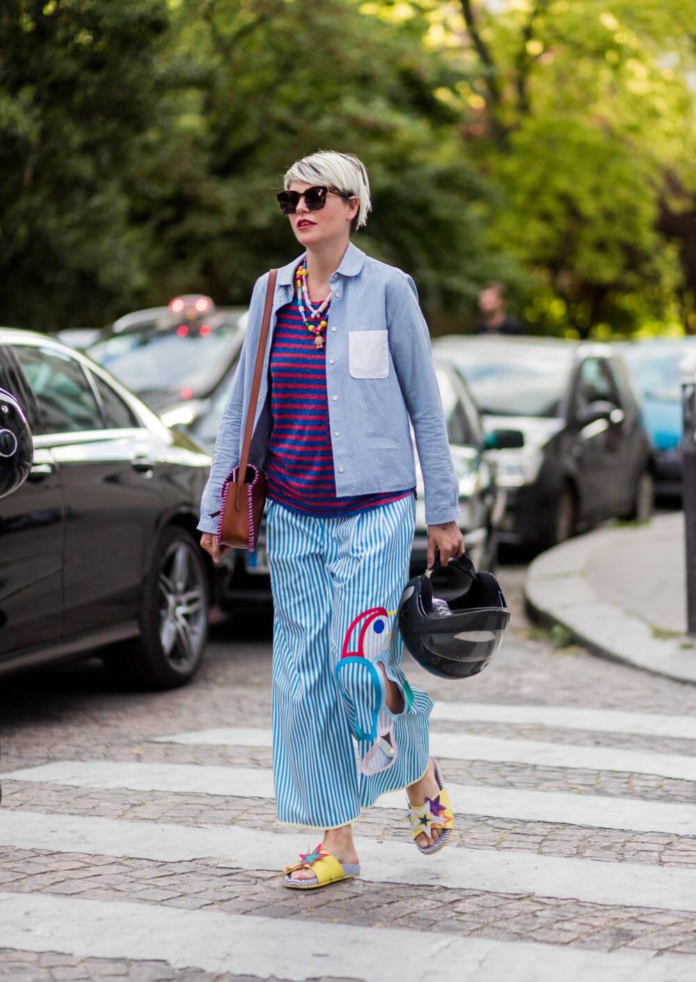 Manche Mode-Experten tragen die bunte Signature-Badelatsche gerne im Li-La-Laune-Look mit Kinderholzkette, Ringelshirt und Pyjamahose