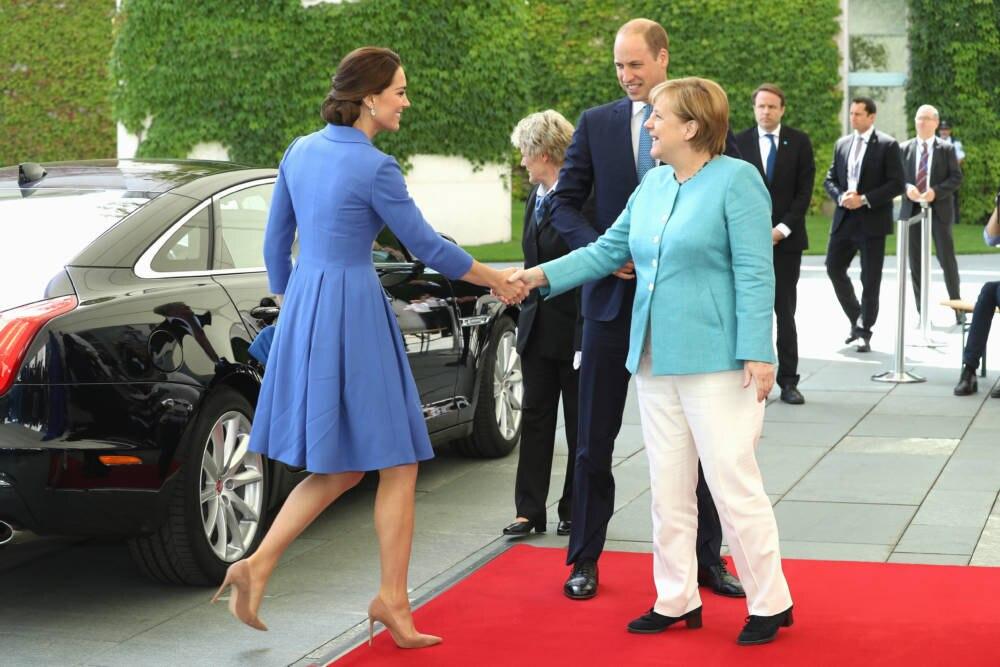 Die Kreation von Kates Lieblingsdesignerin Catherine Walker war bei der Ankunft in Berlin ein wenig zerknittert