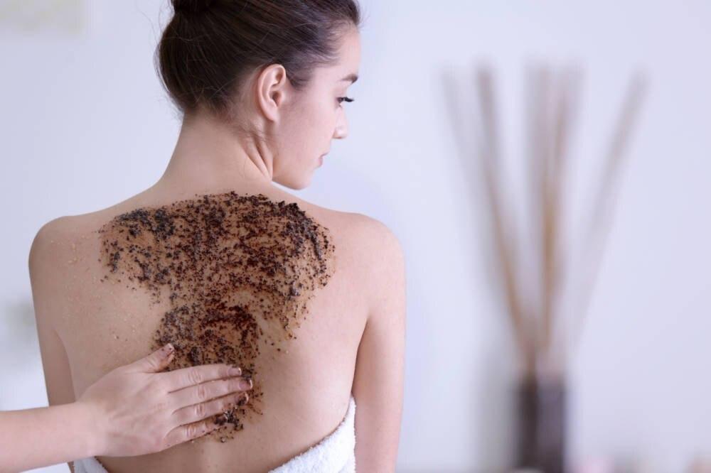 Frau mit Kaffeesatz auf Haut