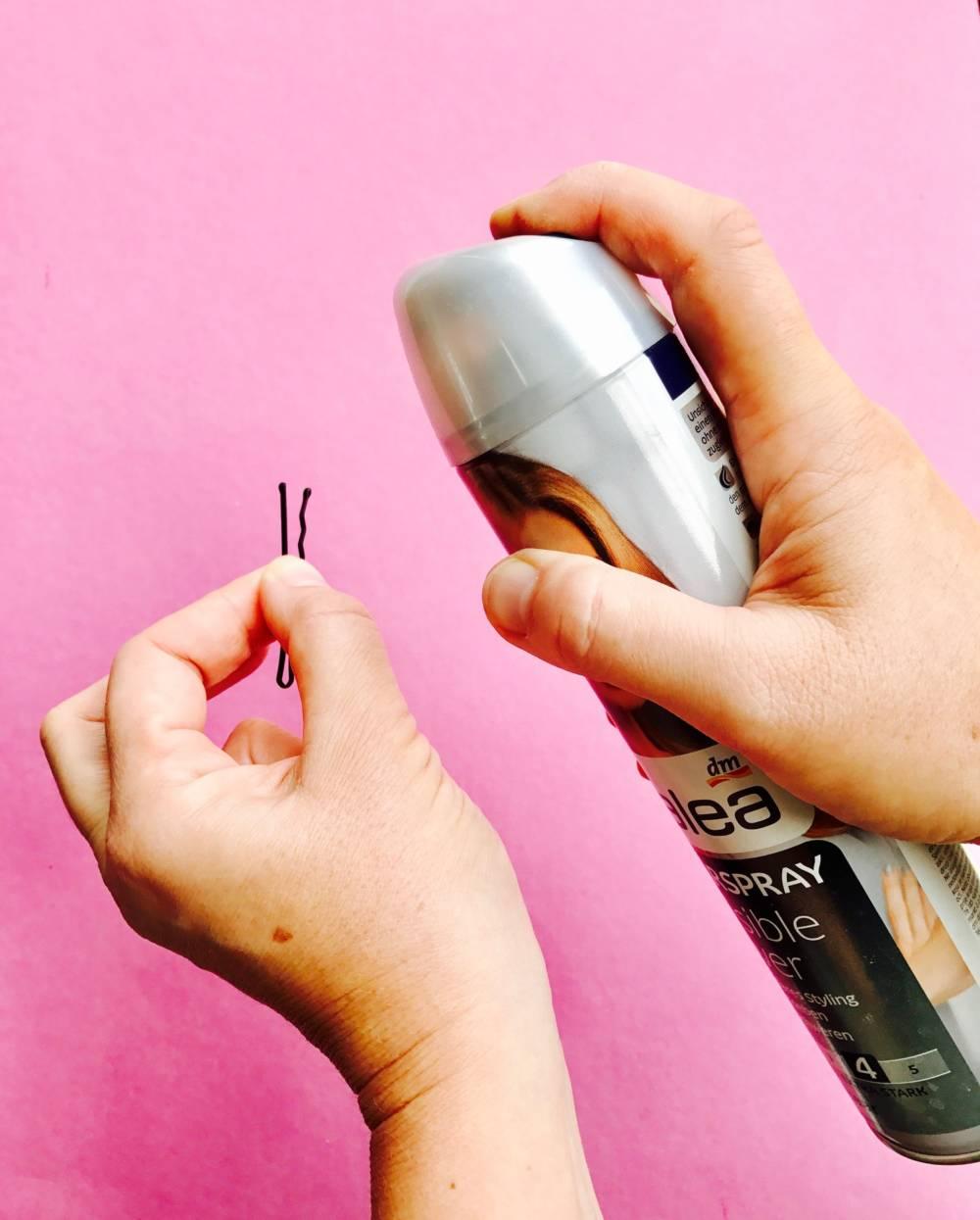 Haarklammer mit Haarspray einsprühen