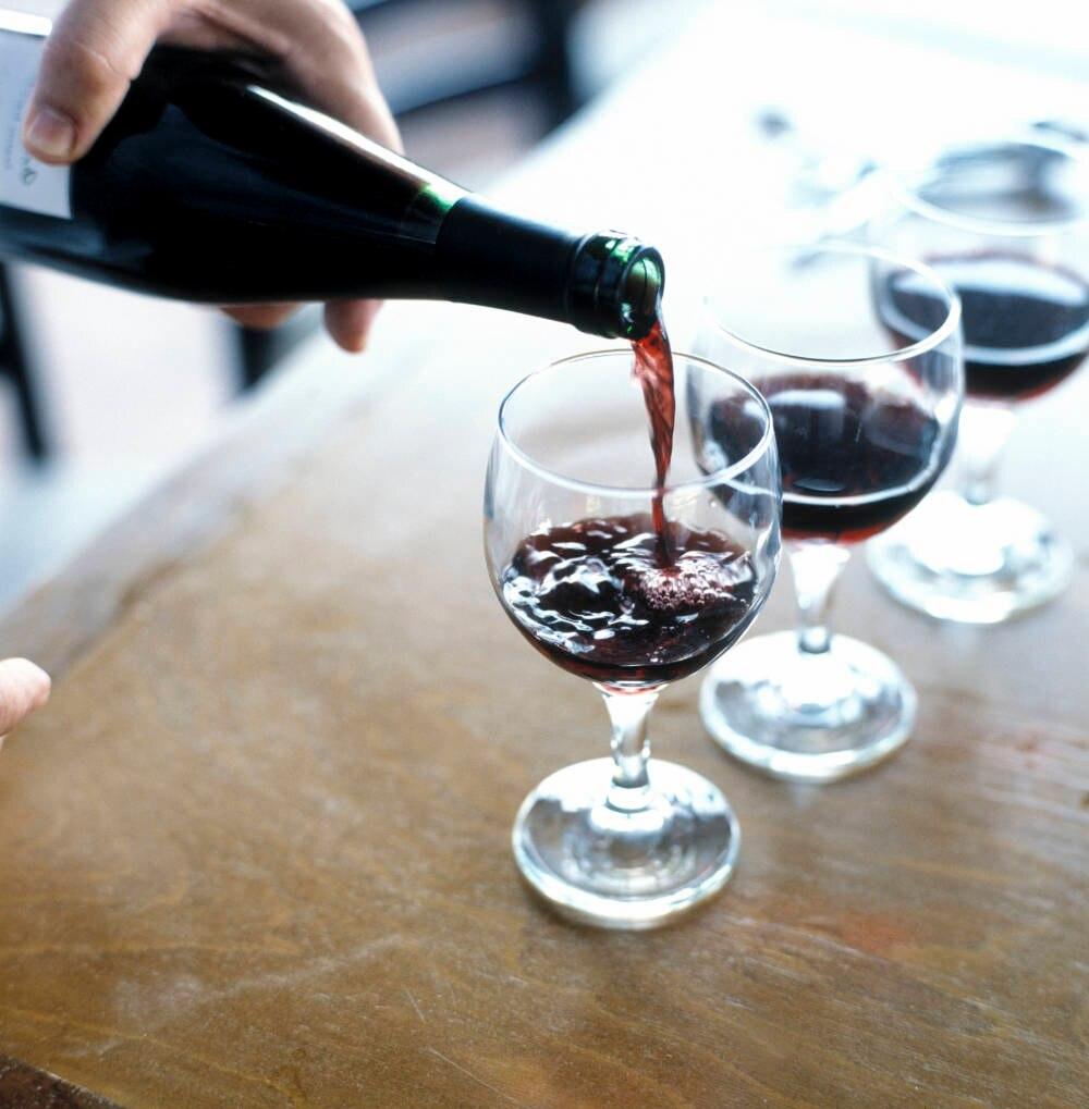 Wein wird genau so wie Bier und Saft mit Gelatine geklärt, die aus Bidnegewebe von Tieren hergestellt wird