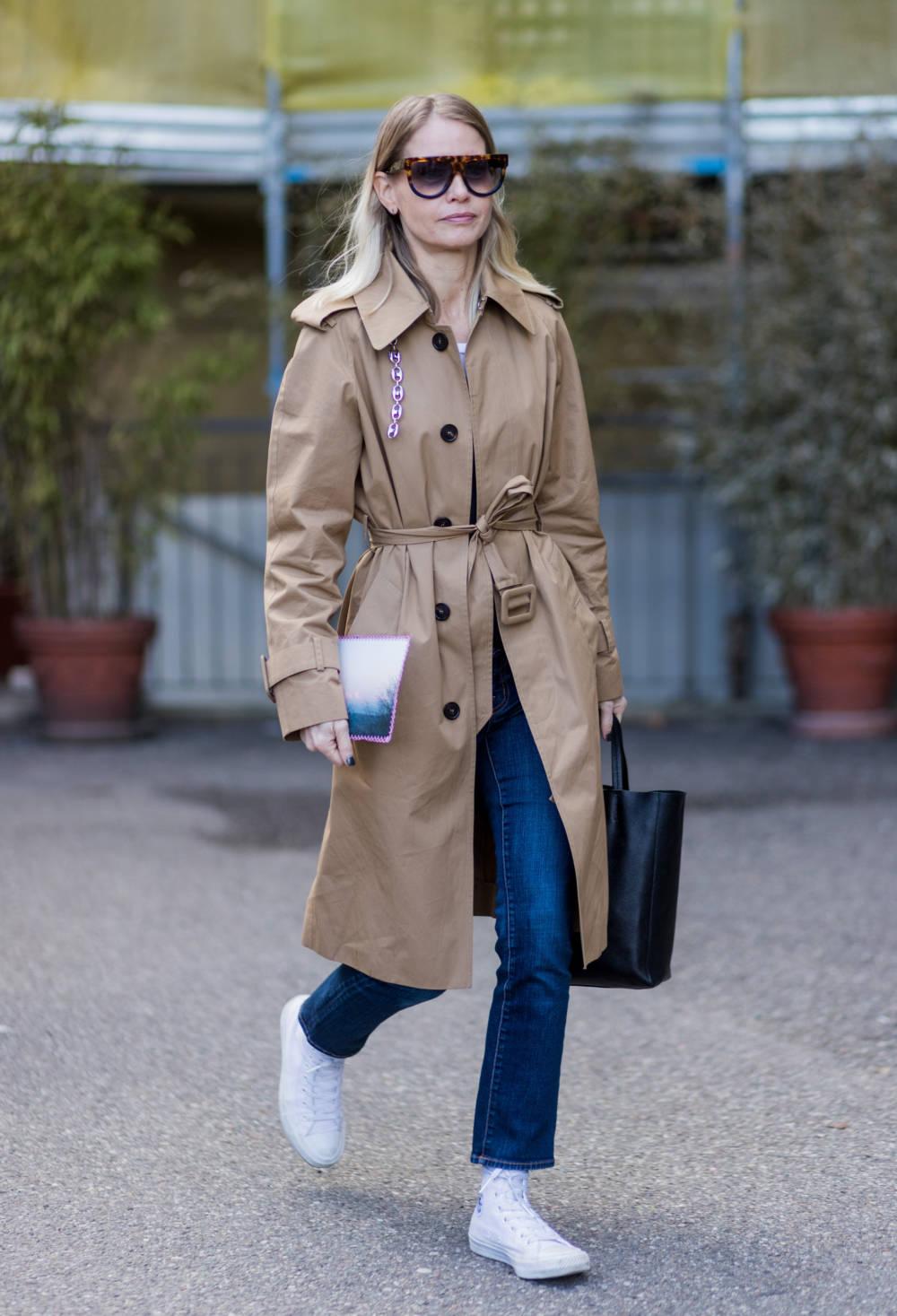 Frau im Trenchcoat
