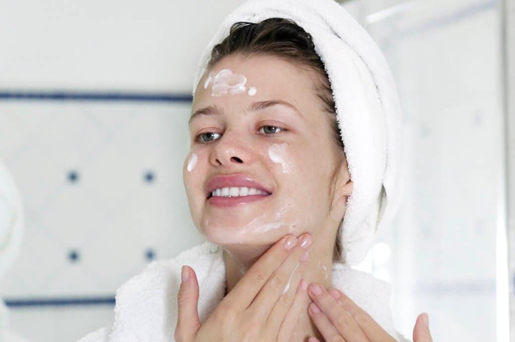 Wer Hautirritationen vermeiden möchte, sollte nicht nur die passende Pflege verwenden, sondern auch die richtige Eincremetechnik beachten