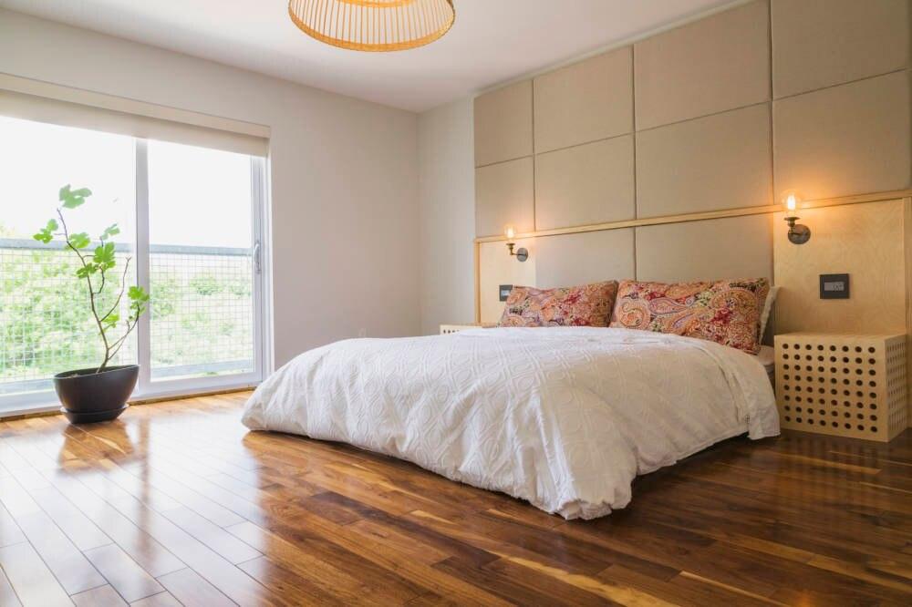 Das Bett sollte stets an der Wand stehen und den Weg der Energie zwischen Tür und Fenster nicht versperren
