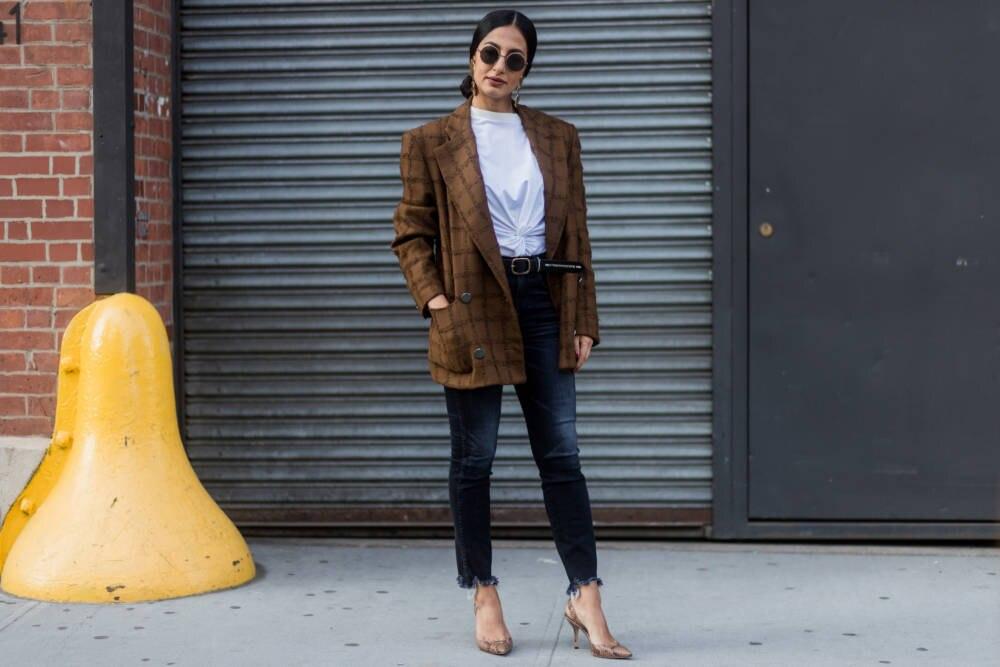 Frau mit Blazer, T-Shirt und Jeans