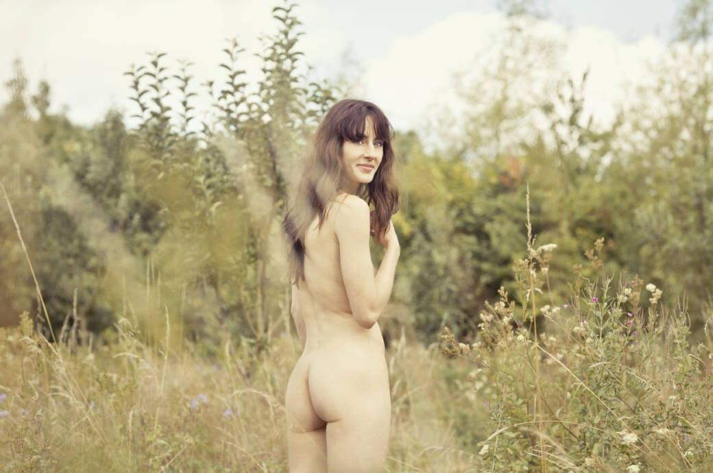 Nackte Frau im Gras