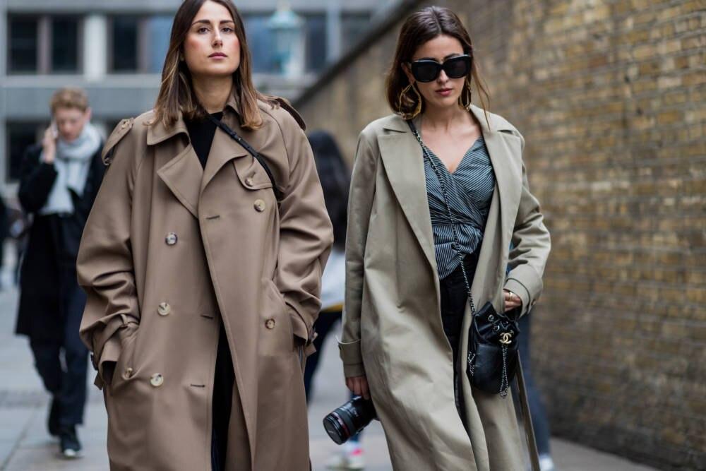 Streetstyle Zwei Frauen Trenchcoat