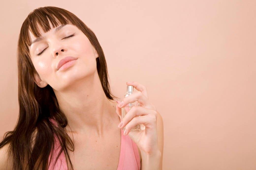 Frau mit Parfum