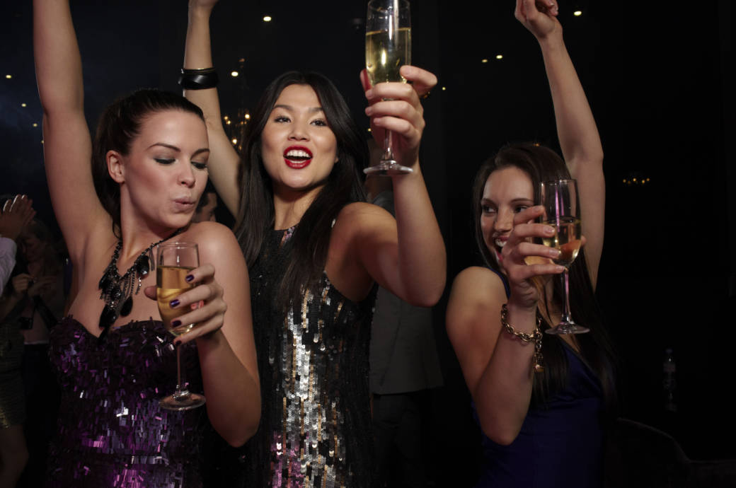 Drei Frauen feiern Party
