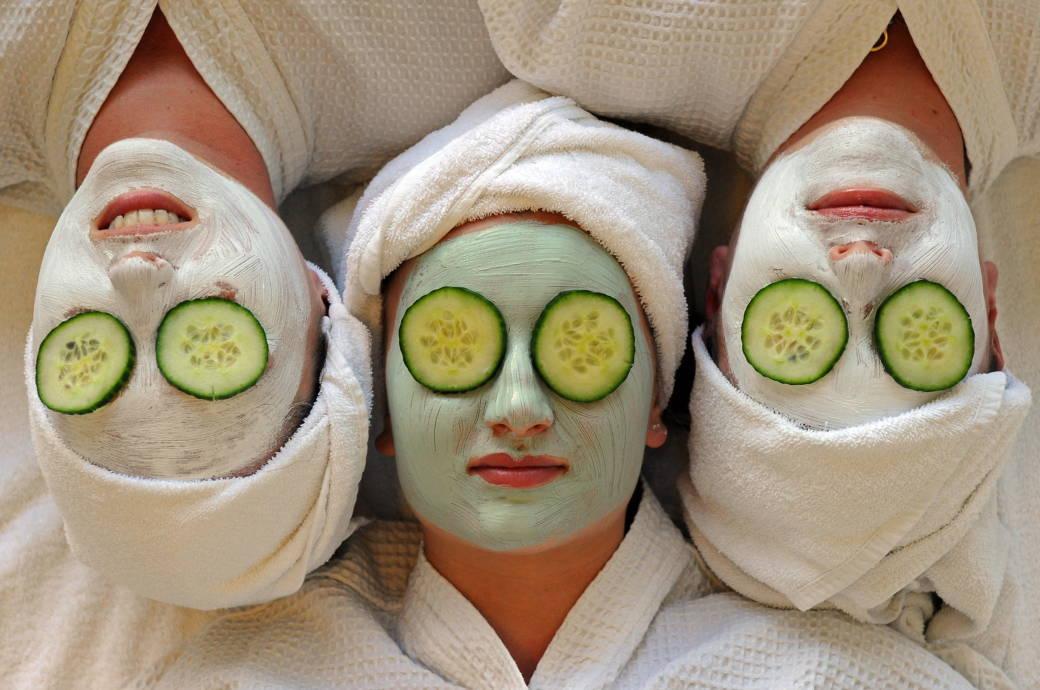 Frauen mit Crememaske im Gesicht