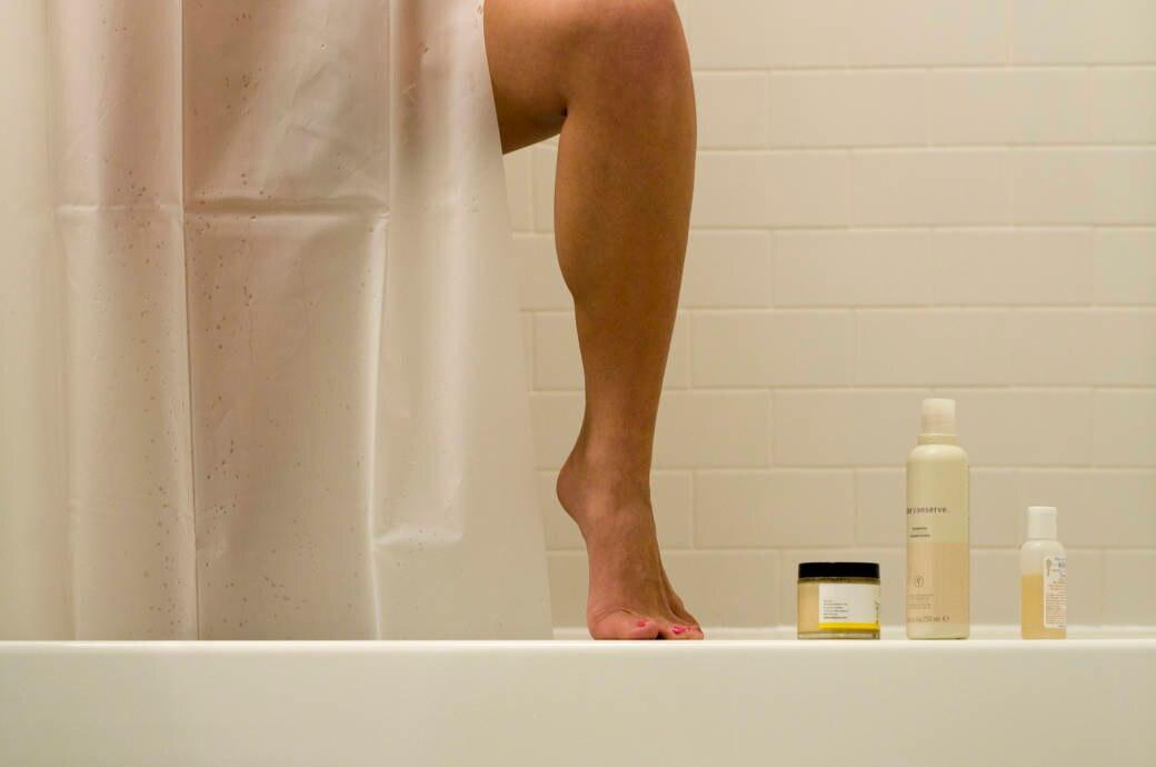 Frauenbein in der Dusche