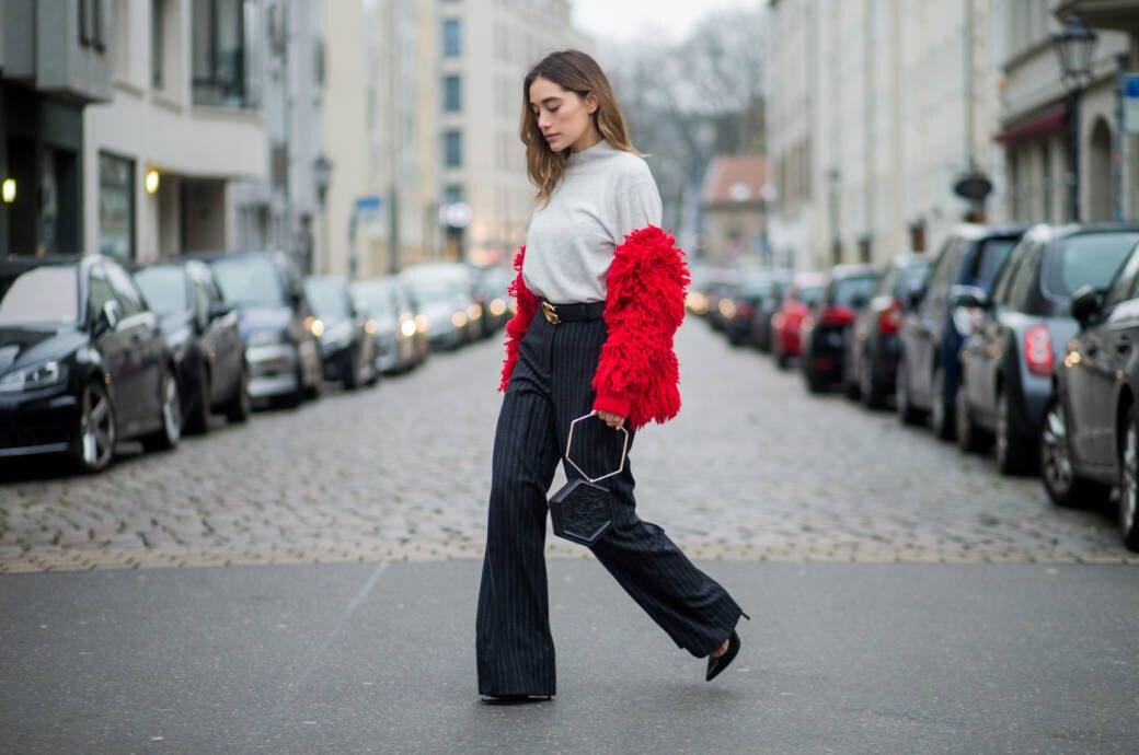 Frau mit Wide Legs
