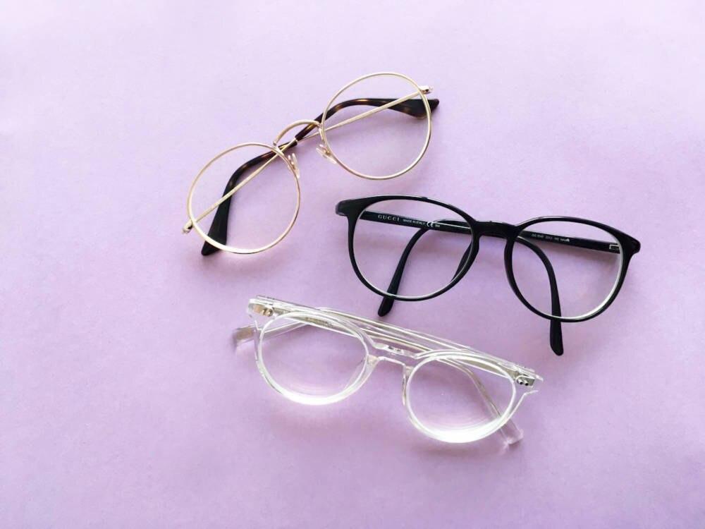 Drei verschiedene Brillenmodelle