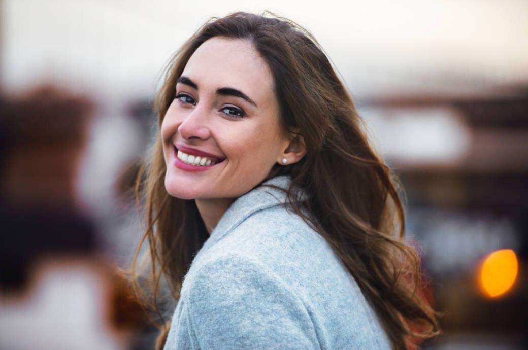 Frau mit Zahnpasta-Lächeln