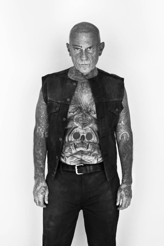 Ein Mann mit Tattoos in gehobenem Alter.