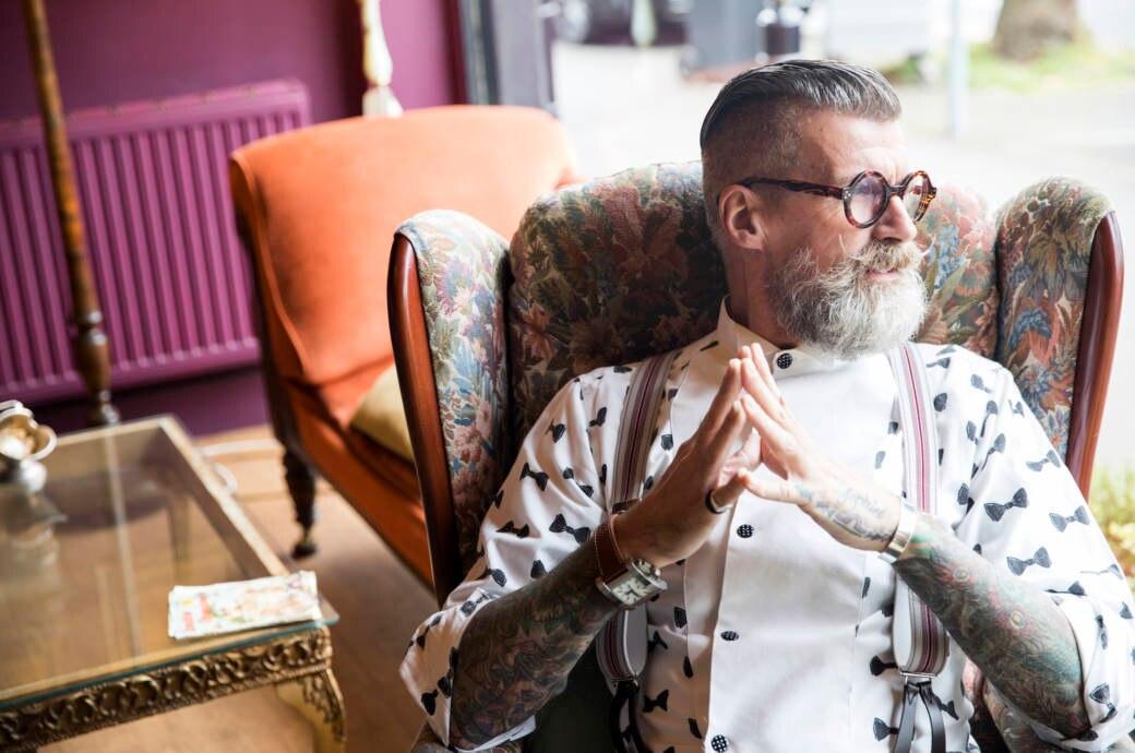 Ein Mann mit Tätowierungen im Alter