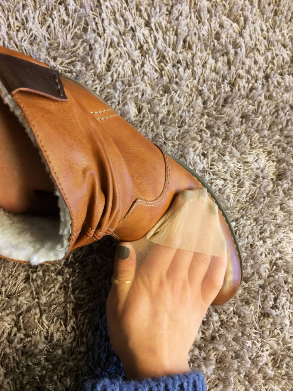 Nylons als Schuhputzlappen