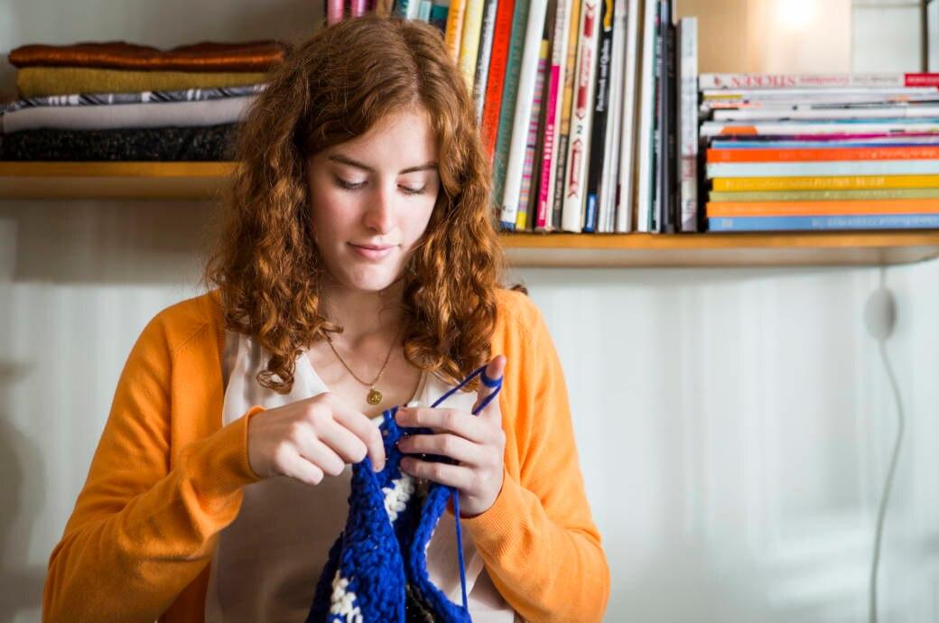 Junge Frau strickt