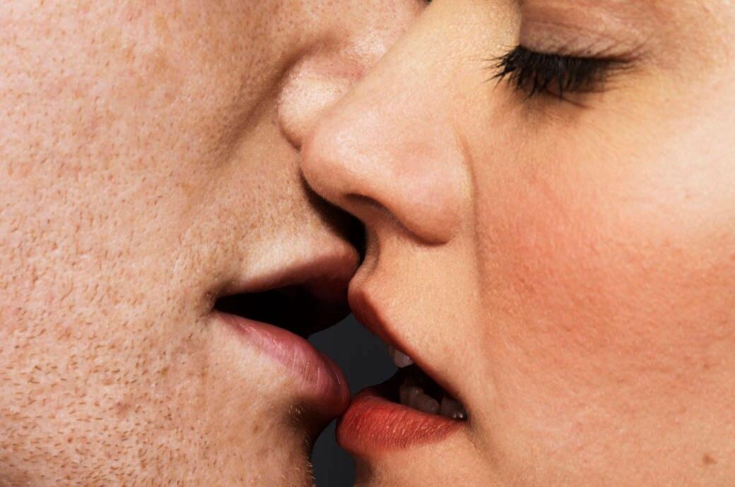 Zwei Gesichter kurz vor dem Kuss