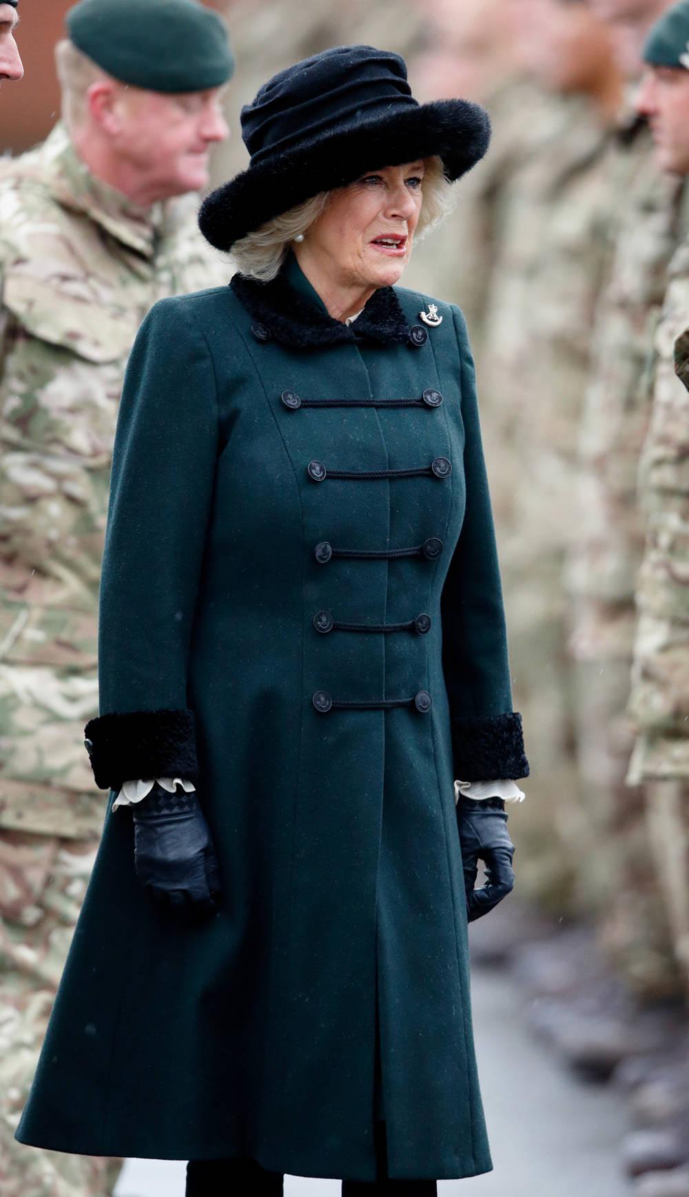 Die Herzogin von Cornwall im grünen Military-Mantel