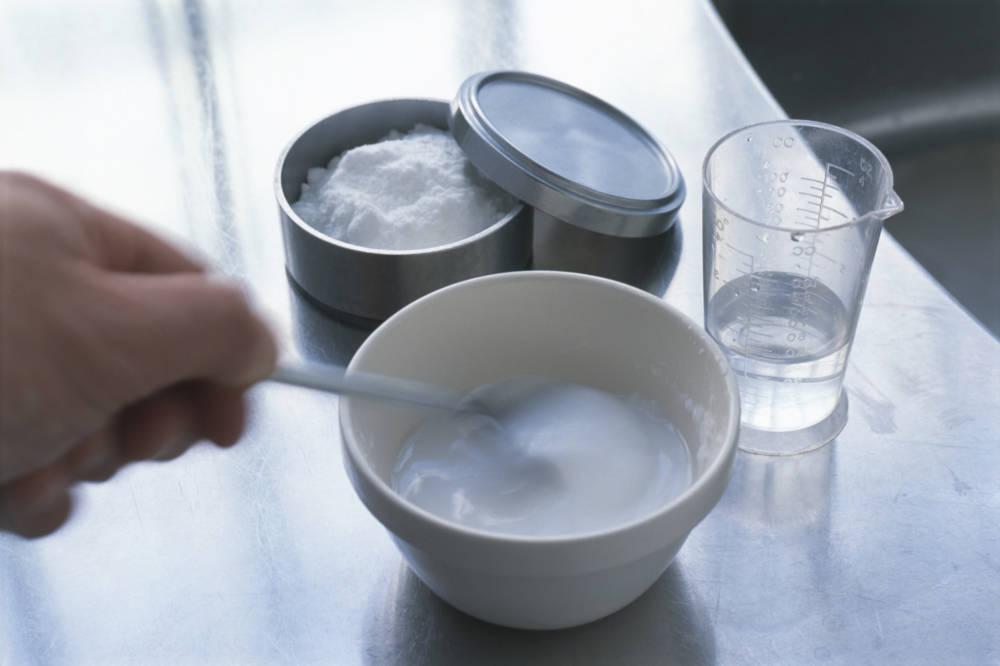 Backpulver, vermischt mit Wasser