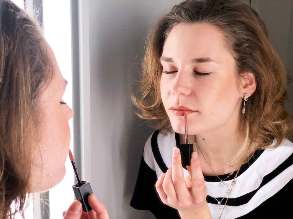 Mädchen versucht sich blind zu schminken