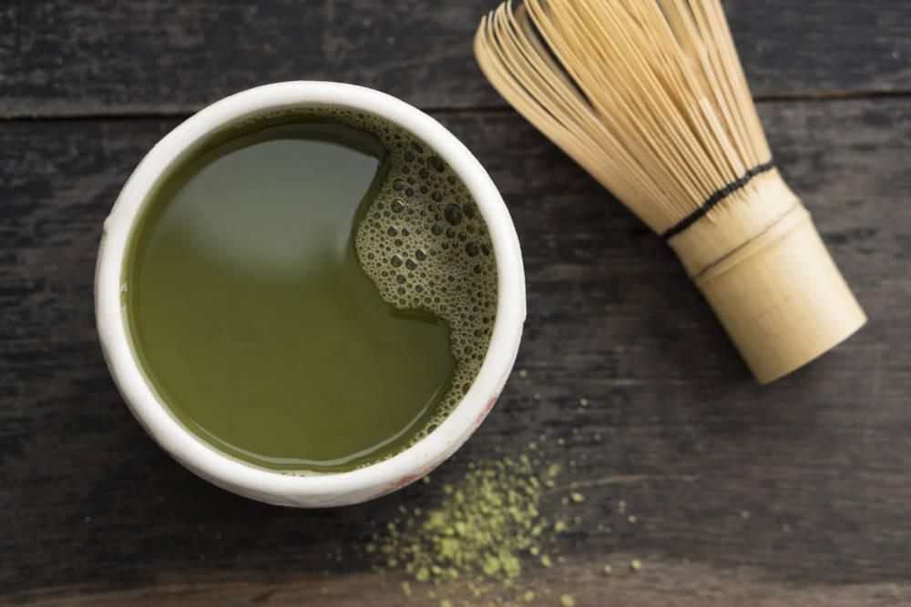 Grüner Machta Tee in Tasse