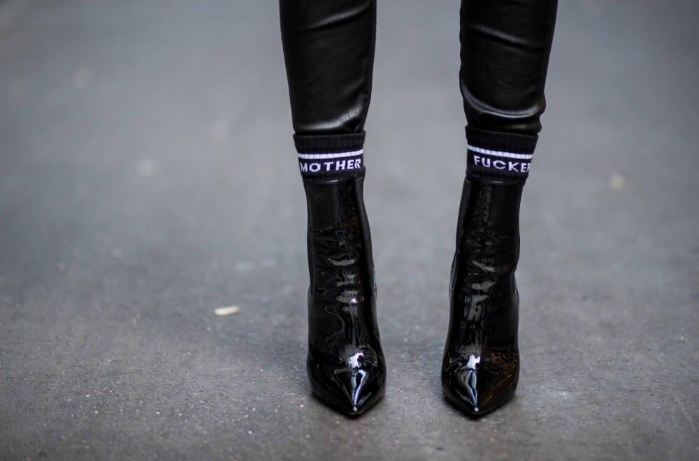 Weder süß noch nett: Socken mit Schriftzügen sollen auffallen und dem Outfit einen Hauch Coolness verleihen