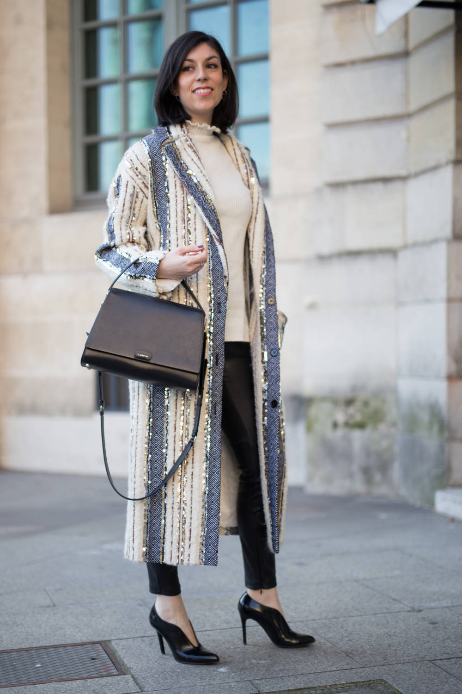 Frau mit Streifen-Mantel