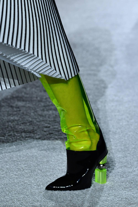 Schuhe aus grünem PVC mit transparentem Absatz