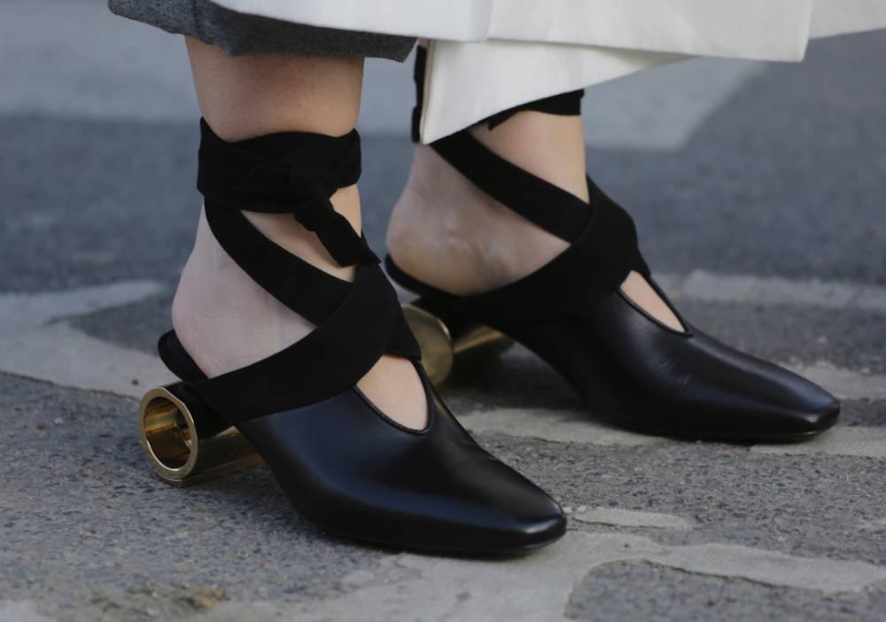Schwarze Schuhe mit zylinderförmigen Absätzen