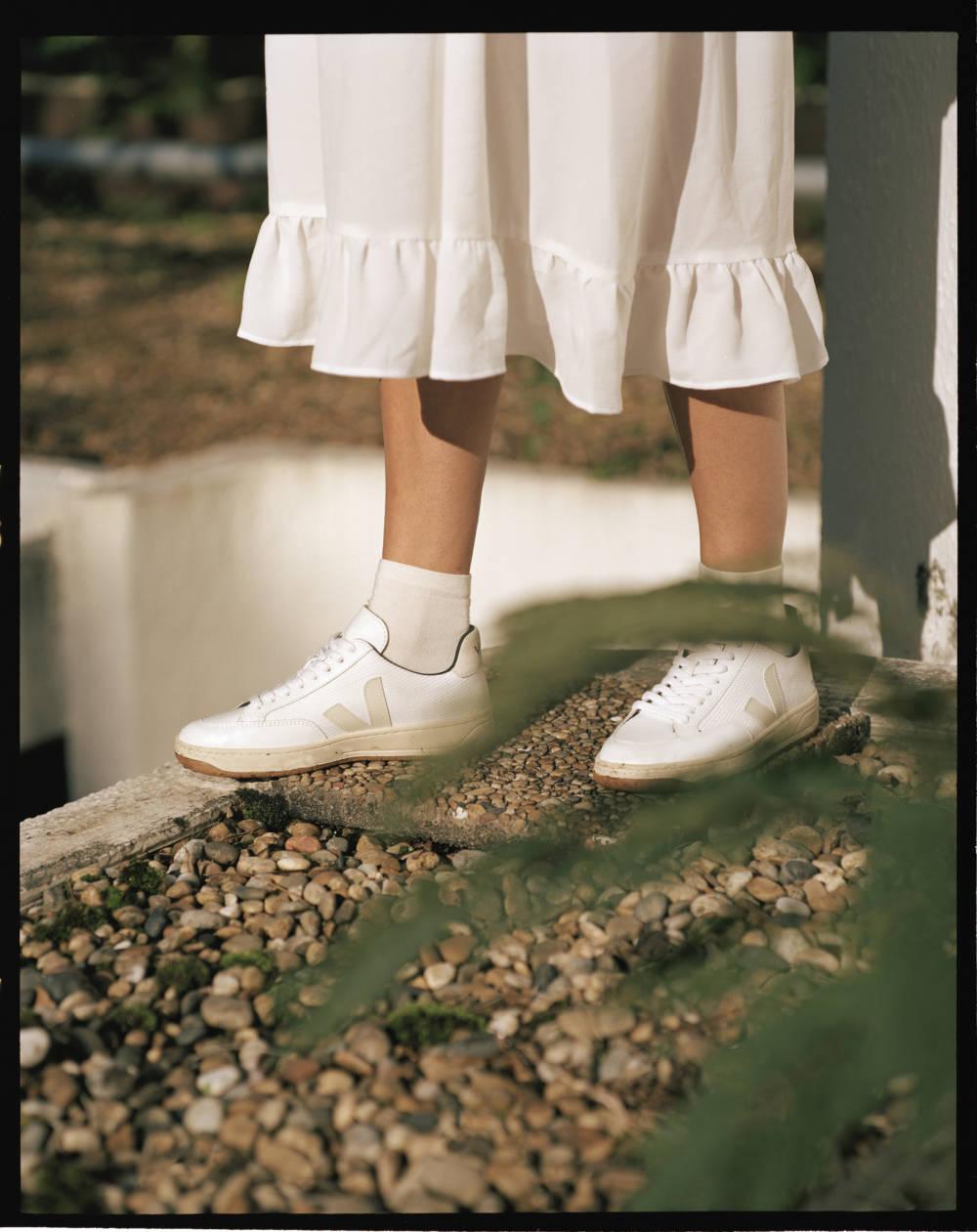 Weiße Sneakers kombiniert zu weißem Rock