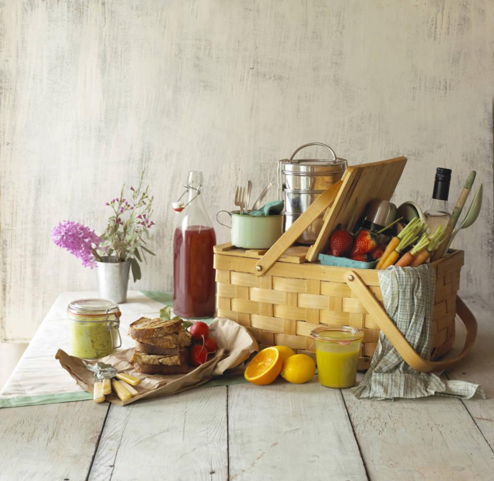 Picknickkorb mit frischem Obst und Gemüse