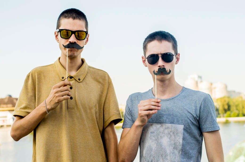 Männer mit Papp-Schnauzer