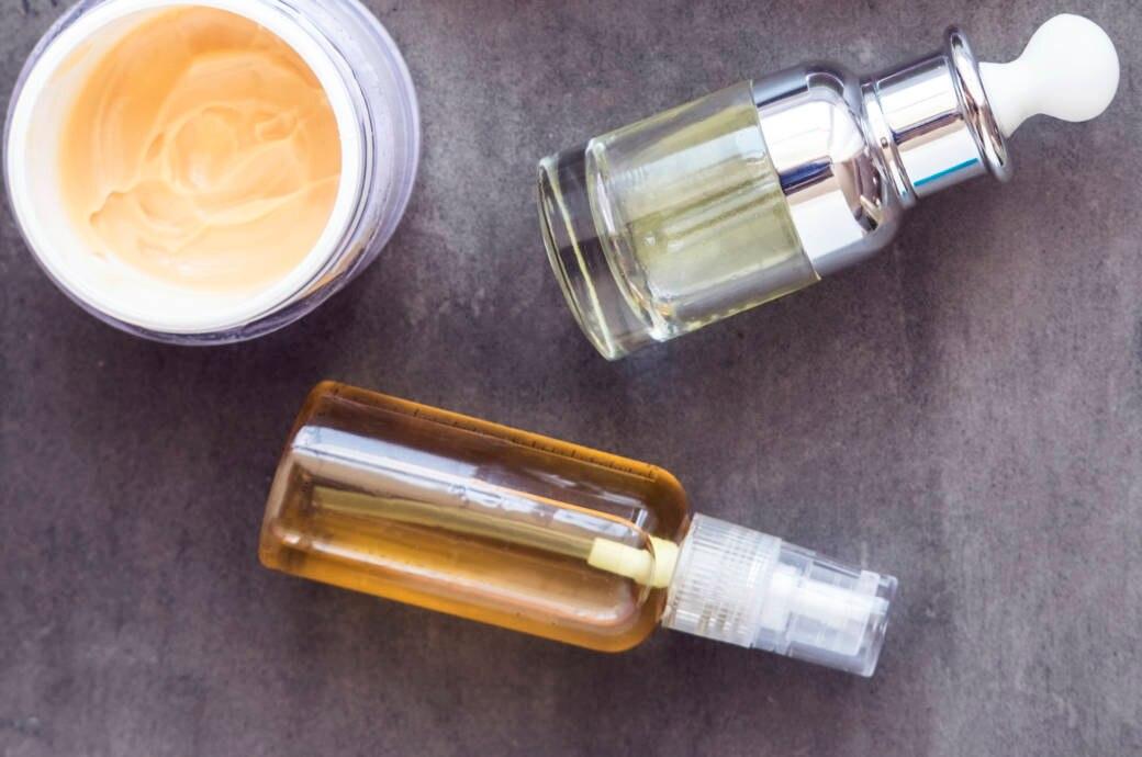 Kosmetikflaschen und -tiegel
