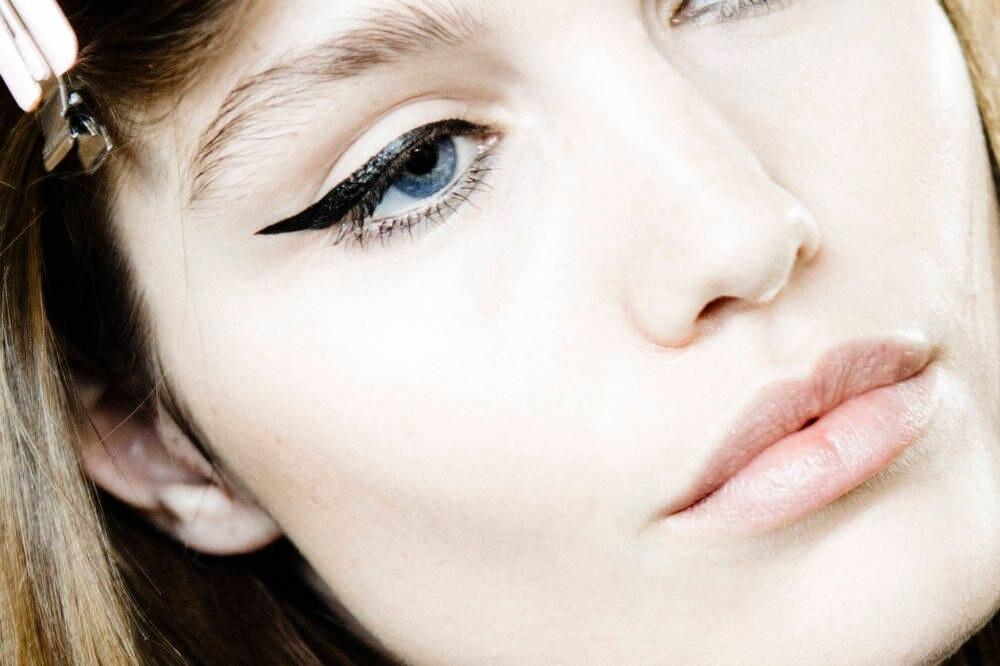 Frau trägt schwarzen Eyeliner