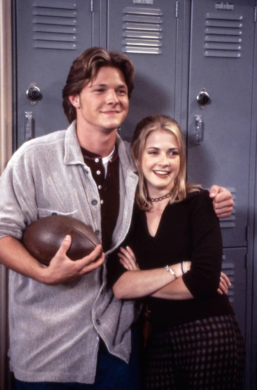 "Harvey Kinkle und Sabrina Spellman in der Sitcom ""Sabrina – Total verhext!"""