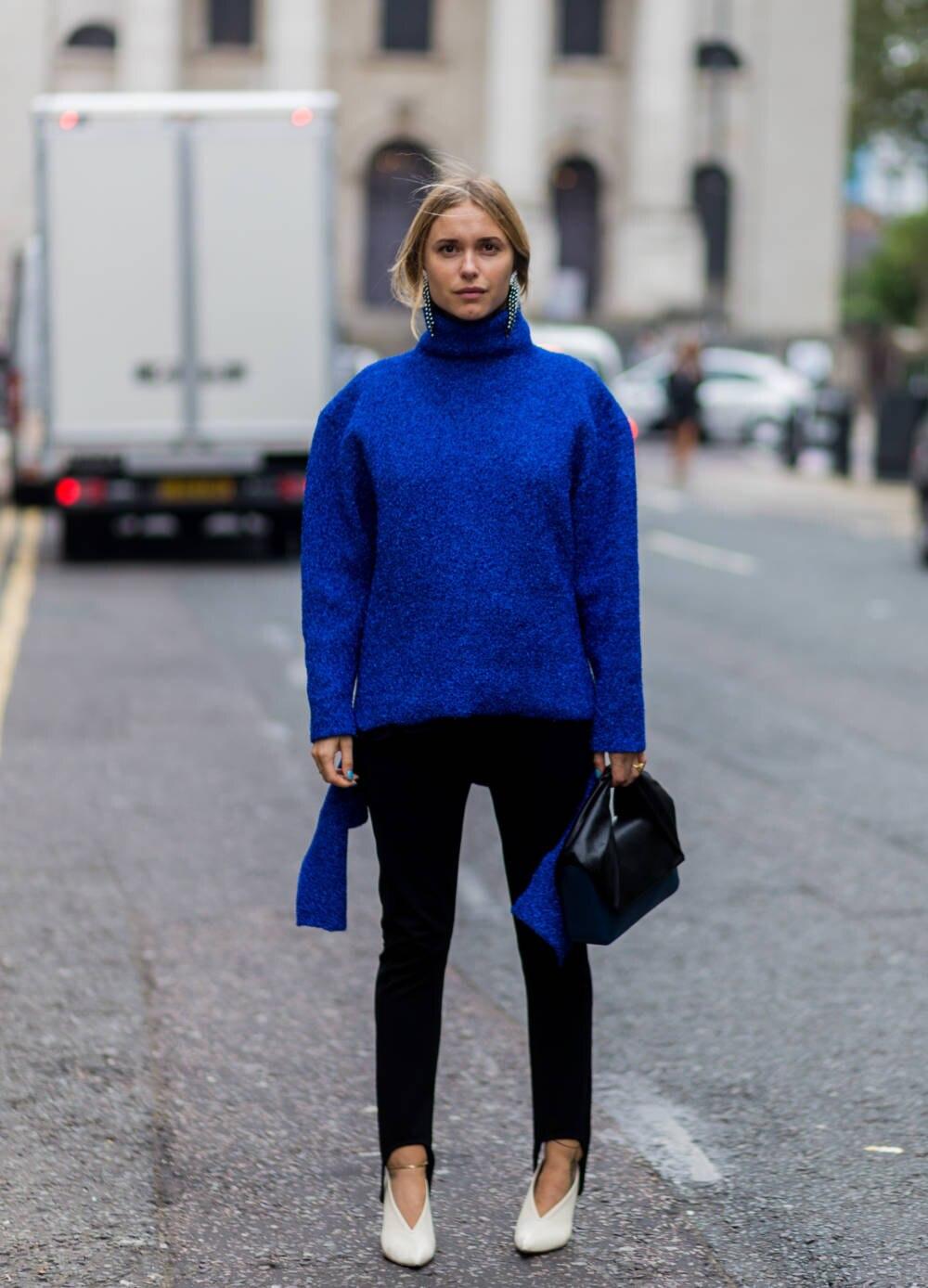 Frau mit blauem Pullover und Steghose
