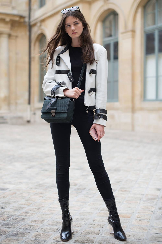 Frau trägt schwarze Jeggings zu weißer Jacke