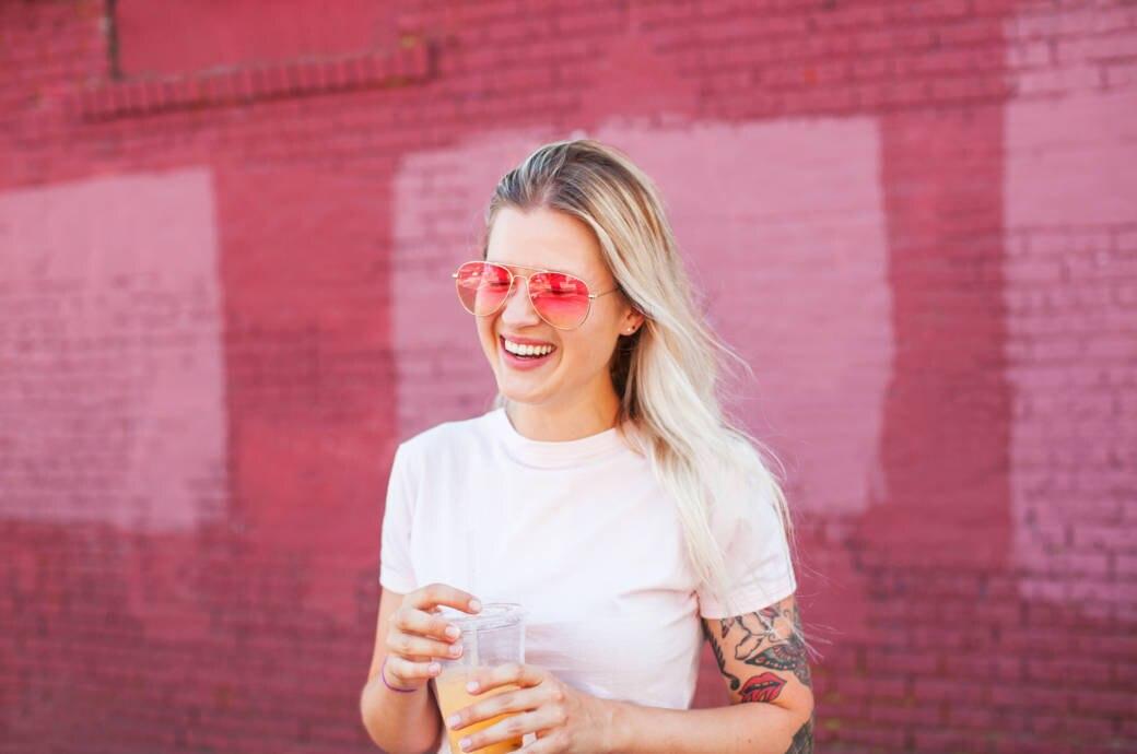 Junge Frau in weißem T-Shirt