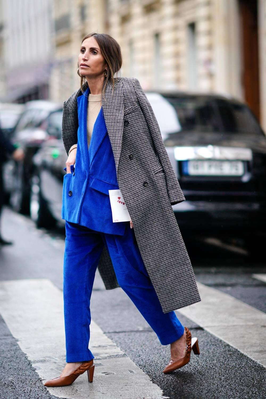 Frau trägt Cord-Anzug in leuchtendem Blau
