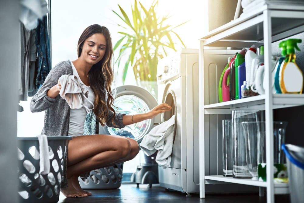 Frau beim Wäschewaschen