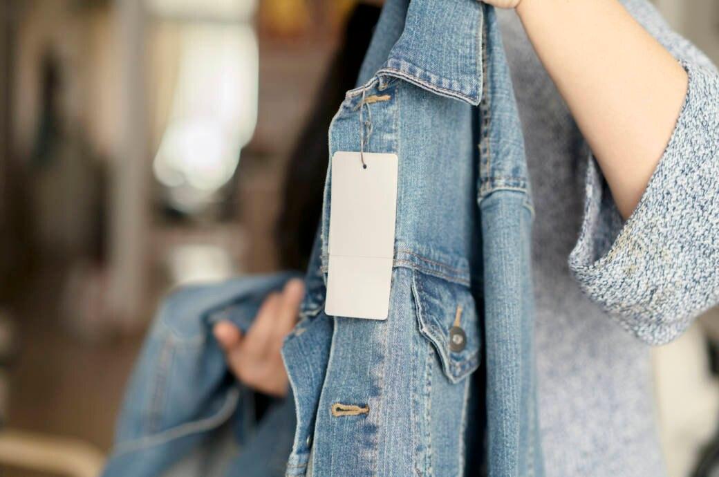 Jeansjacke mit Etikett