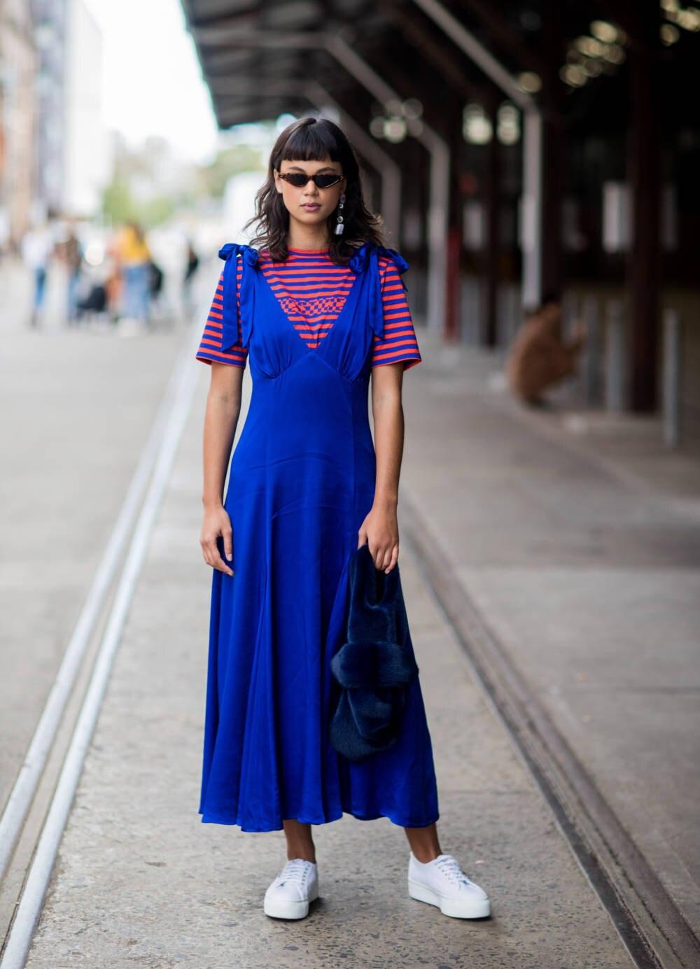 Frau trägt blaues langes Kleid mit T-Shirt darunter