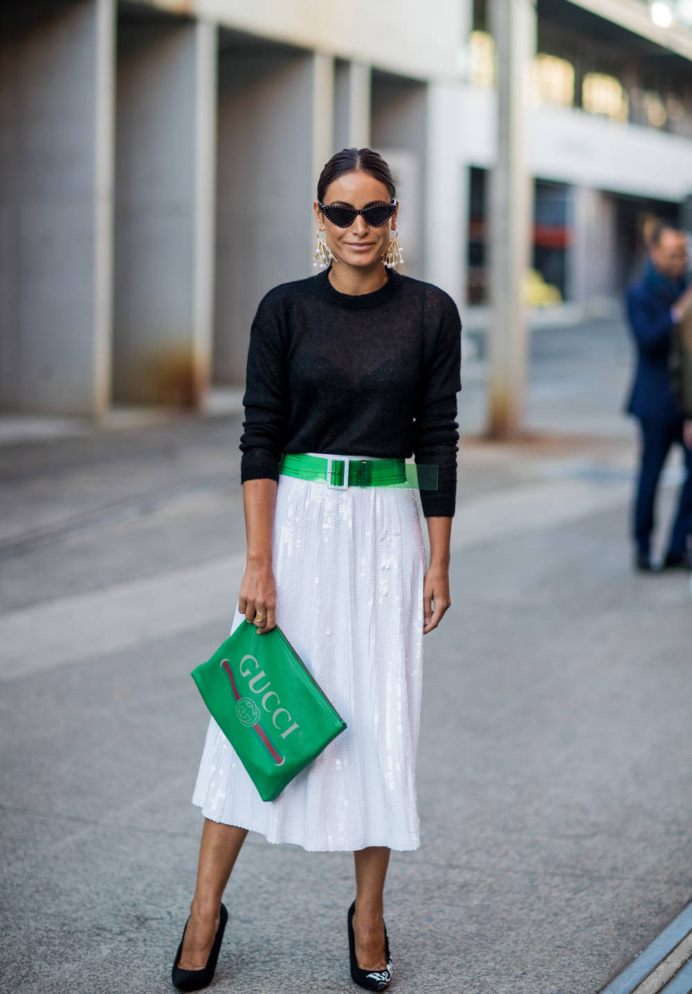 Frau trägt weißen Rock und schwarzen Pullover