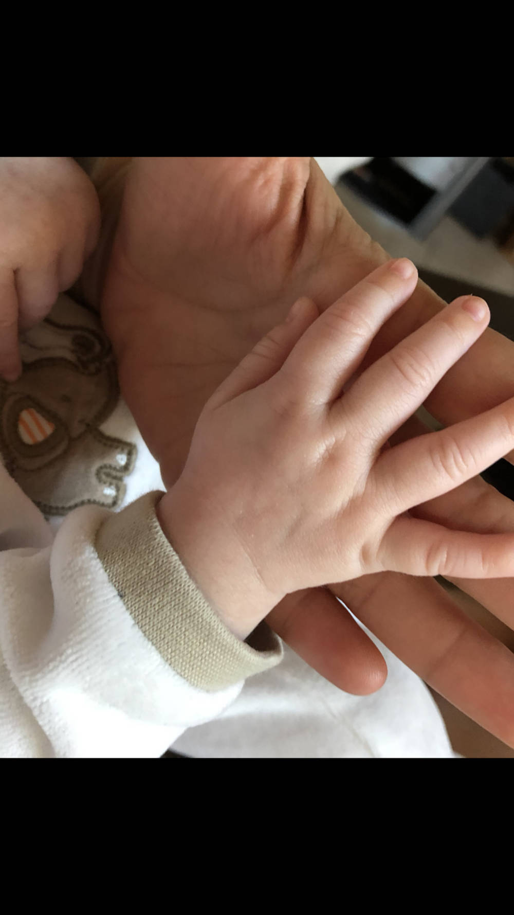 Alida Kurras zeigt die Hand ihres Babys