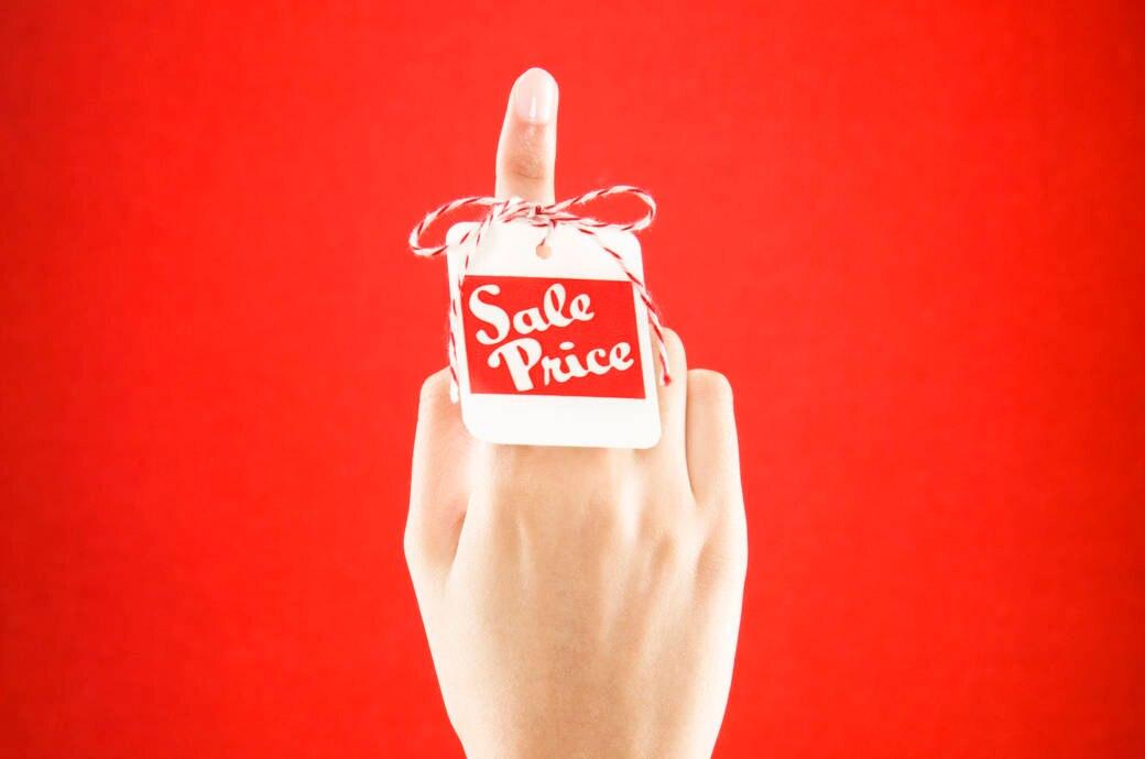 Frau mit Sale-Etikett
