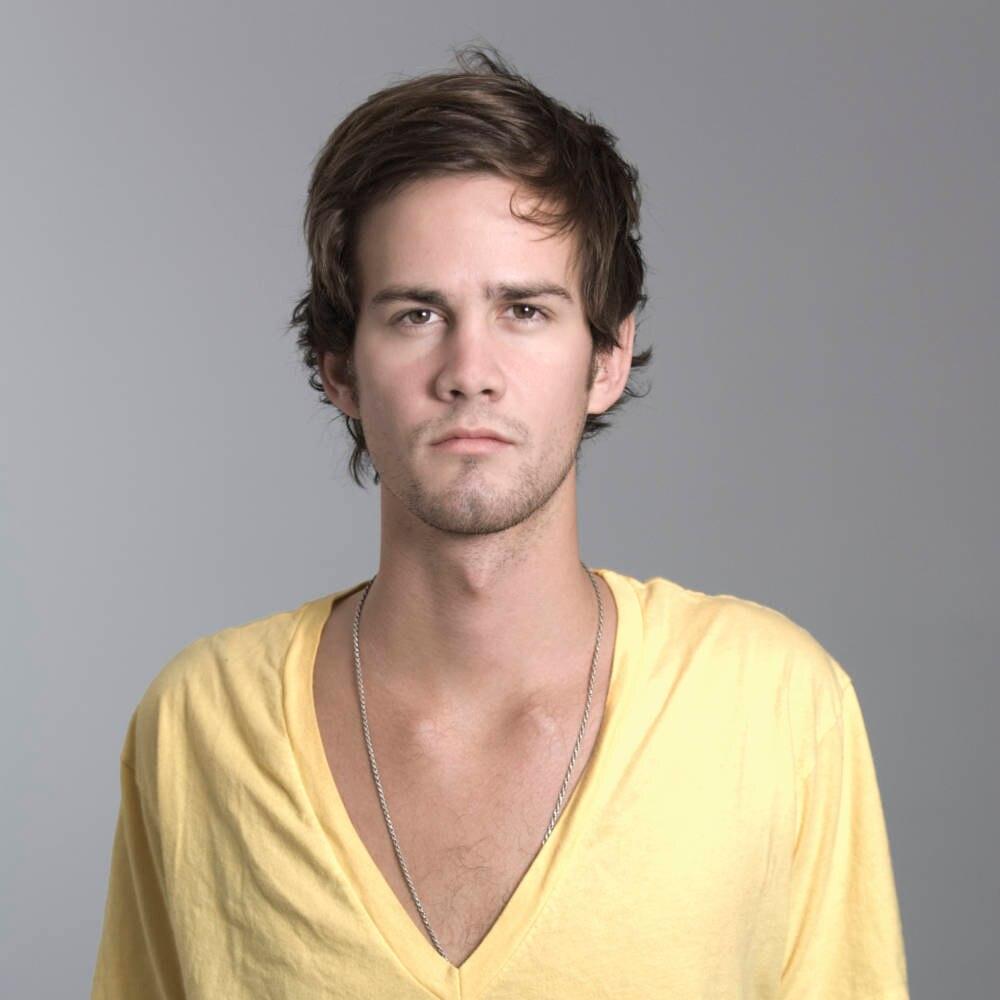 Mann mit gelben T-Shirt