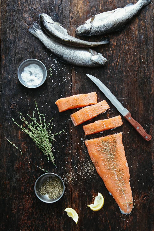 Roher Lachs und Gemüse